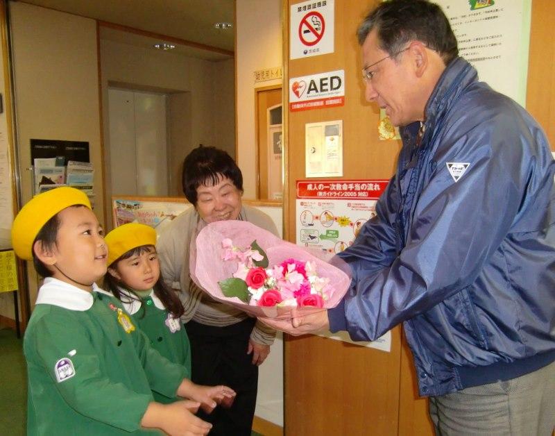 職場へ花束贈呈